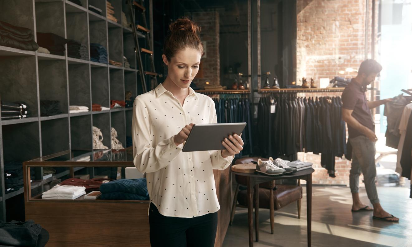 Fashion-store-associate-fashion-tablet